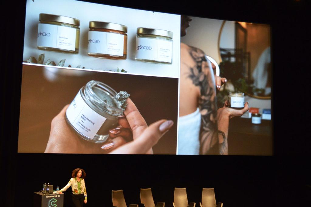 Foto van Christine Smith die is genomen tijdens de Cannabis Capital Convention in het Filmmuseum in Amsterdam. Christine laat een CBD-gezichtsmasker zien.
