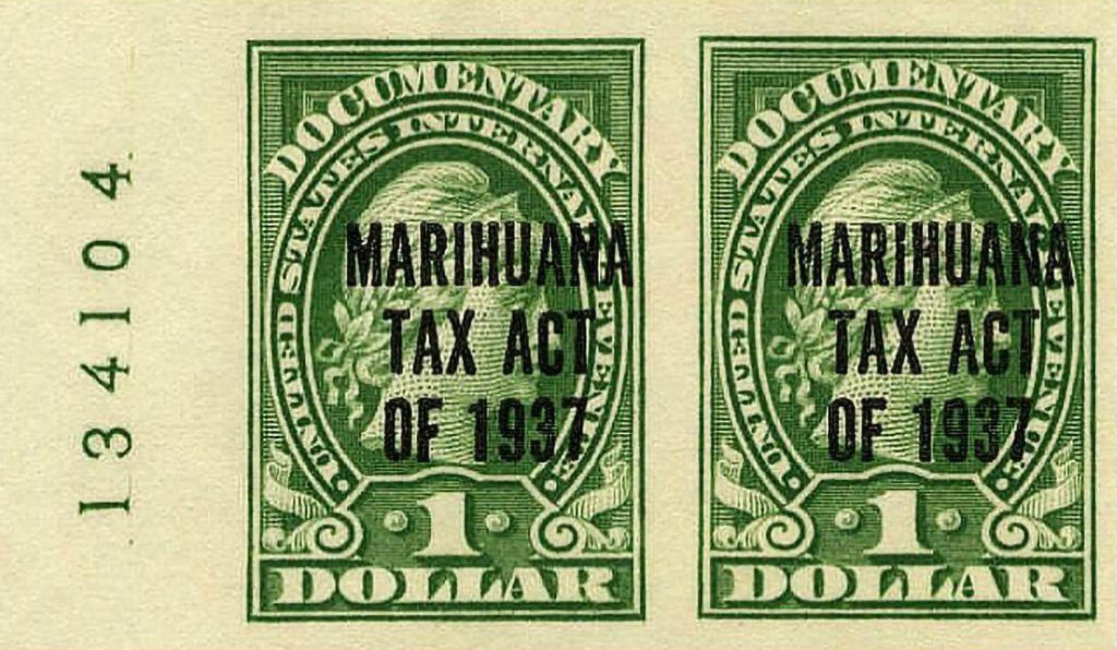 """Twee groene dollarbiljetten met de tekst """"Marihuana belastingwet van 1937"""""""