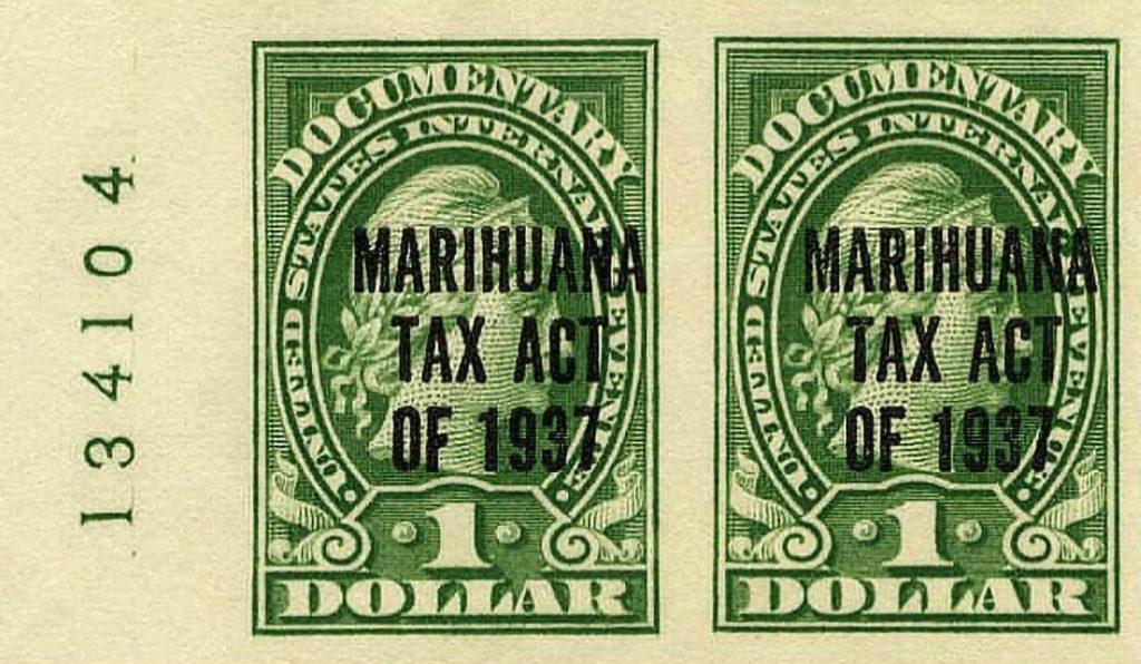 """Zwei grüne Dollar-Rechnungen mit dem Text """"Marihuana Steuergesetz von 1937"""""""