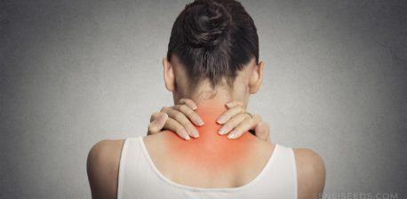 Een vrouw met haar nek die rood en ontstoken is