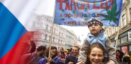 Die tschechische Flagge und ein kleiner Junge an den Schultern seiner Mutter an einem Protest