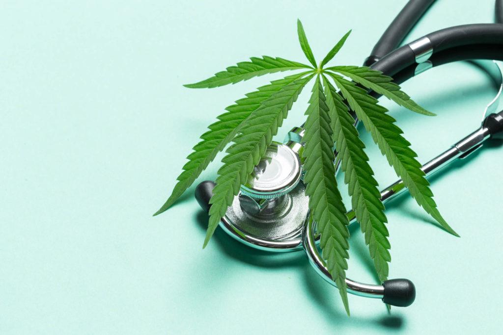 Ein Stethoskop und ein Cannabisblatt