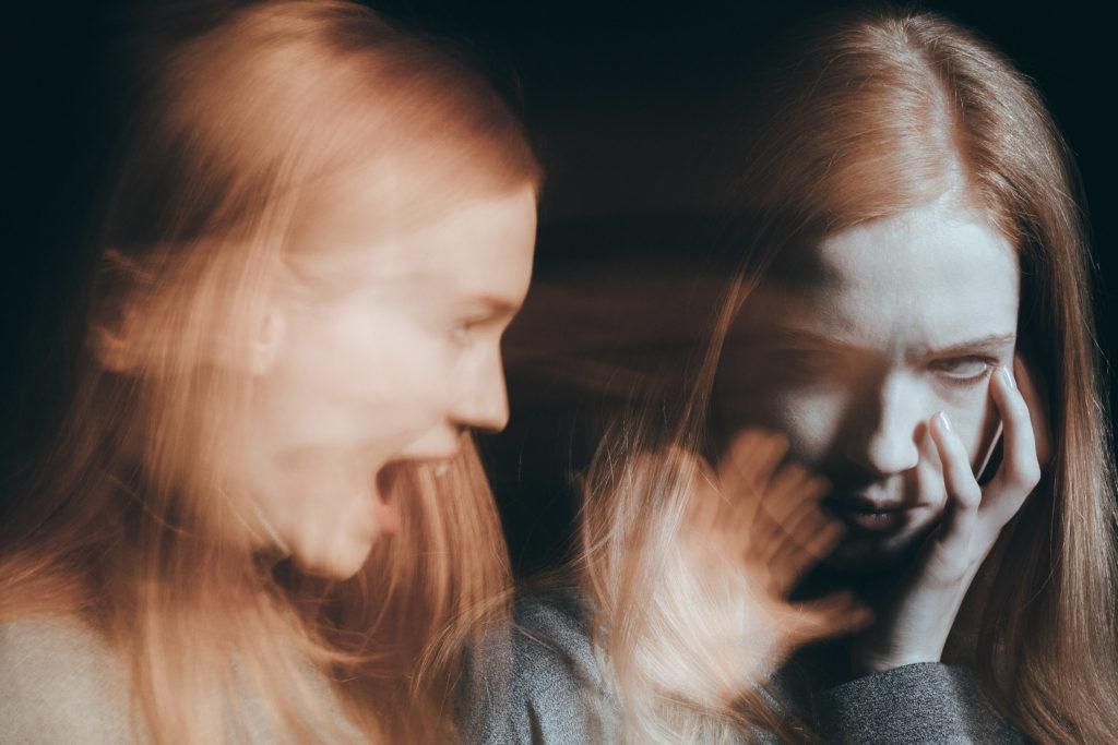 Mujer borrosa gritando mientras que la mujer en el otro lado lo mira preocupado