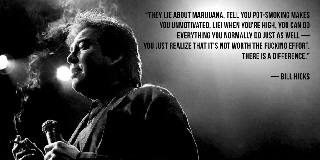 Une citation de Bill Hicks à côté de lui fumant une articulation et tenant un microphone