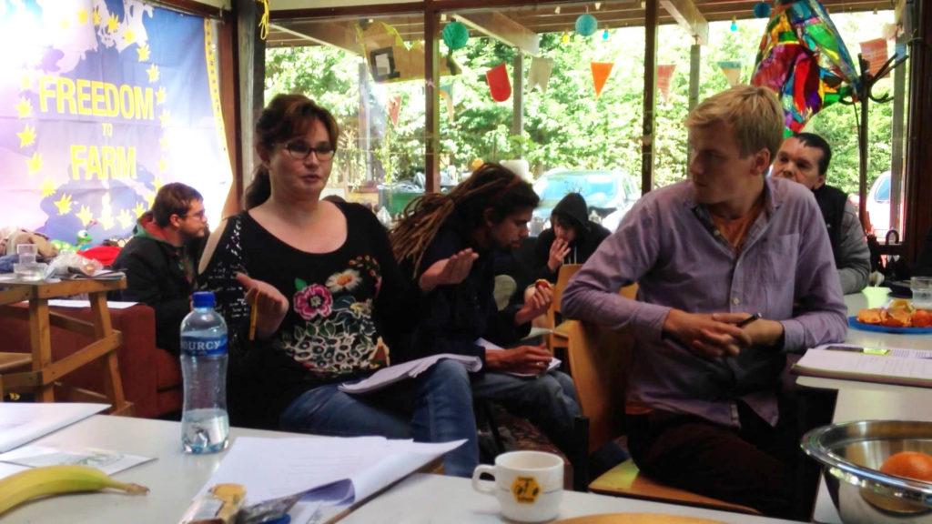 Mensen zitten bij Belgische Cannabis Social Clubs