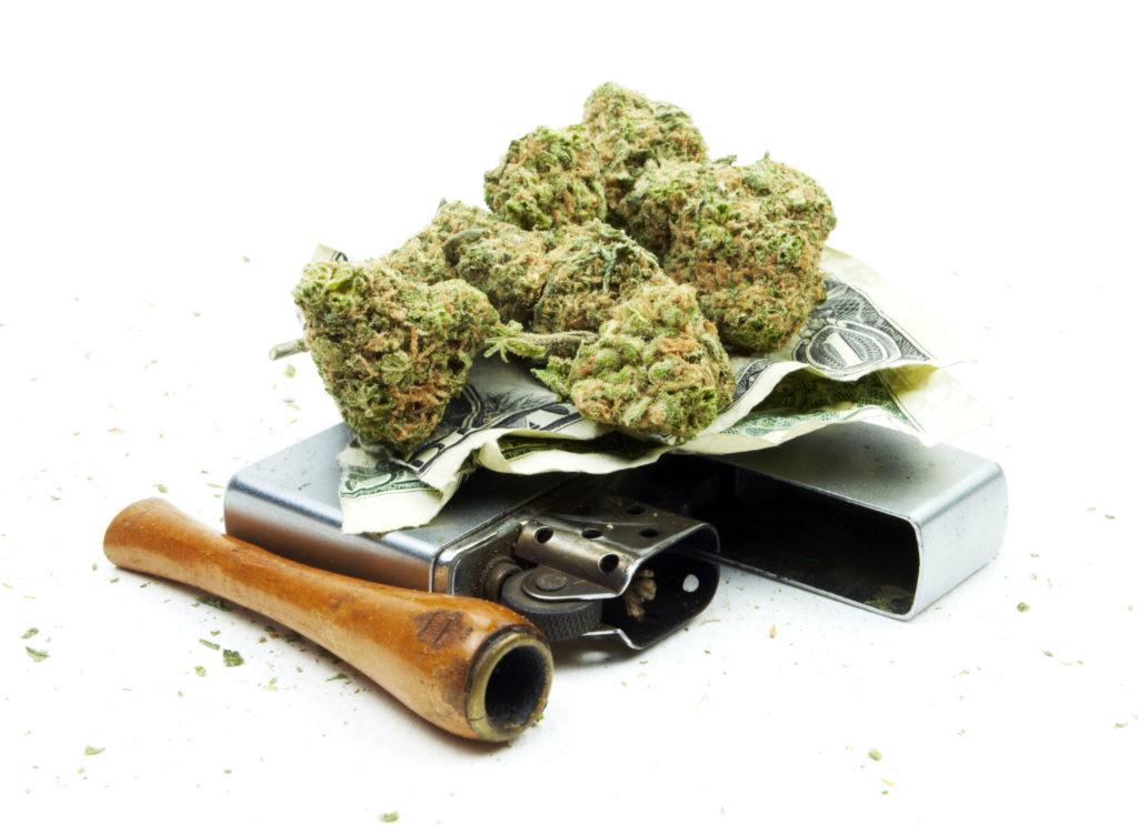 Einige Cannabis, ein Feuerzeug und eine Pfeife