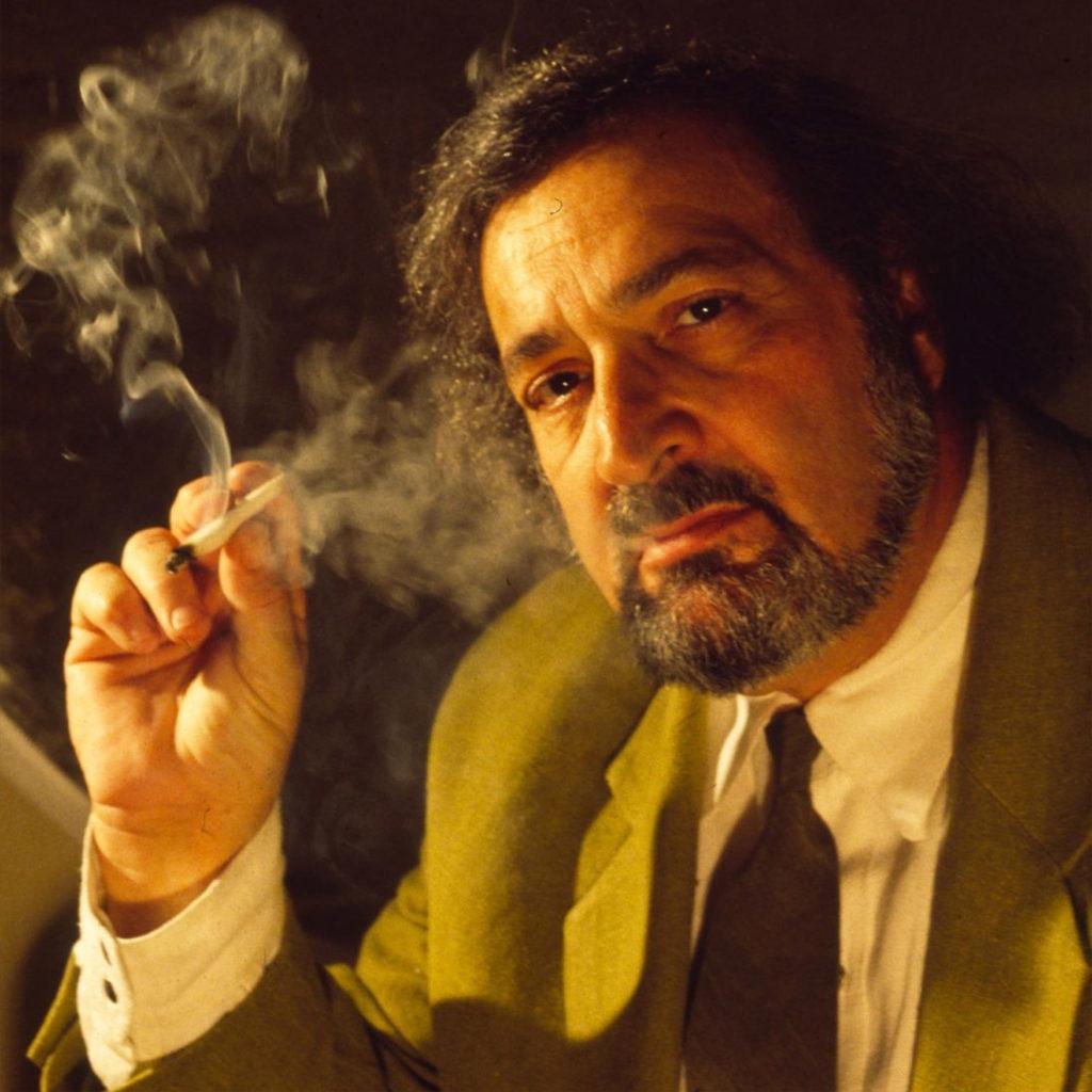 Jack hier trägt einen Anzug und raucht ein Gelenk