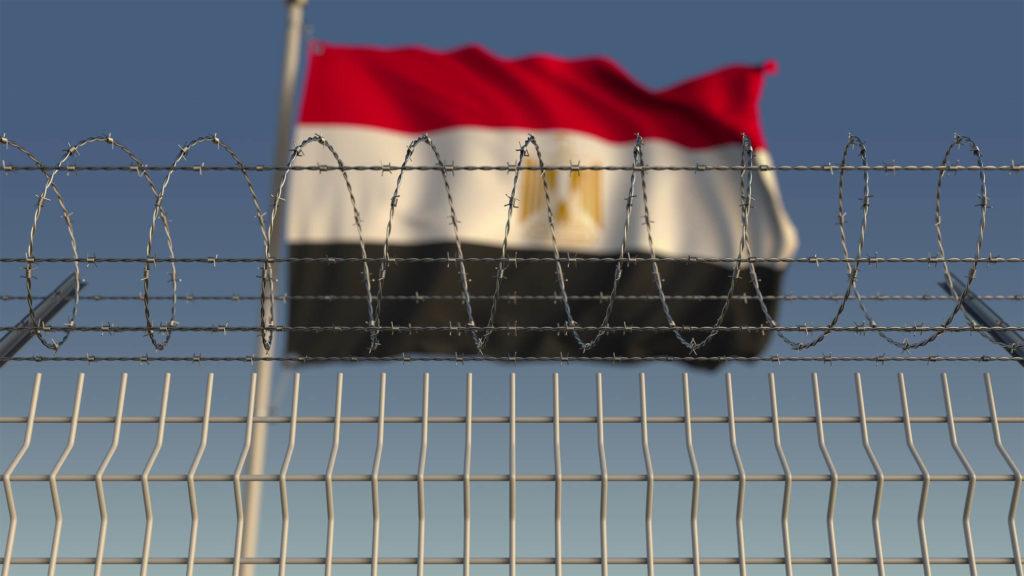 Die ägyptische Flagge hinter einem Stacheldrahtzaun