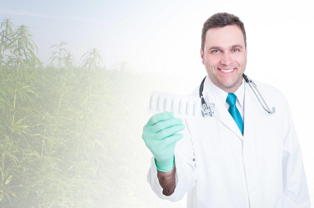 Un médico con un estetoscopio alrededor de su cuello sosteniendo un recipiente de plástico blanco de supositorios.