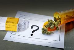 Un pedazo de papel con un signo de interrogación, Ritalin y un envase naranja de cannabis.