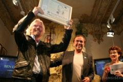 Richard Branson recevant un prix aux récompenses de la culture du cannabis