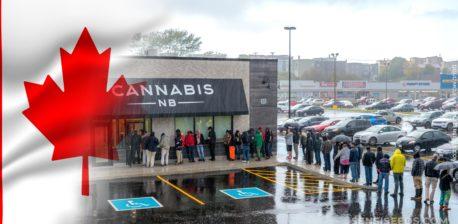 Die kanadische Flagge und eine Warteschlange von Menschen außerhalb eines Cannabis-Ladens