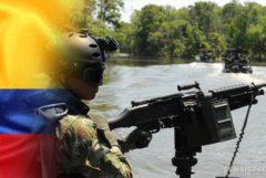 Le drapeau colombien et une personne dans uniforme militaire tenant une mitrailleuse