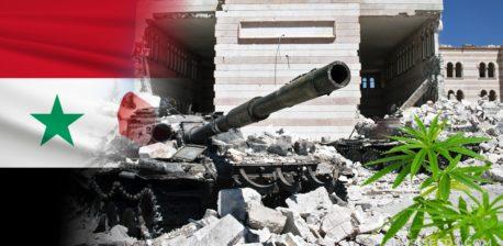 Die syrische Flagge und ein Tank, der über Trümmer und eine Cannabis-Pflanze fährt