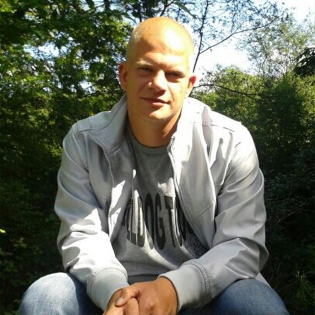 Christian Schulzki assis à l'extérieur