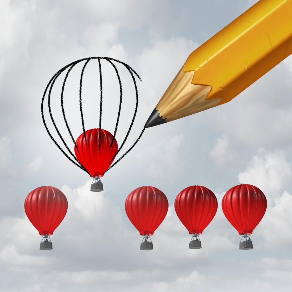 Un crayon dessinant une image de cinq ballons d'air chaud rouge dans le ciel
