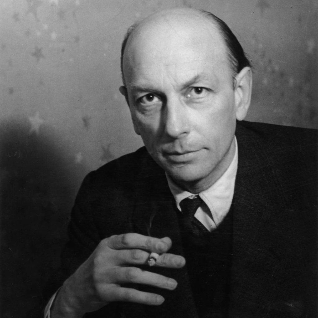 Un portrait noir et blanc de Henri Michaux tenant une cigarette