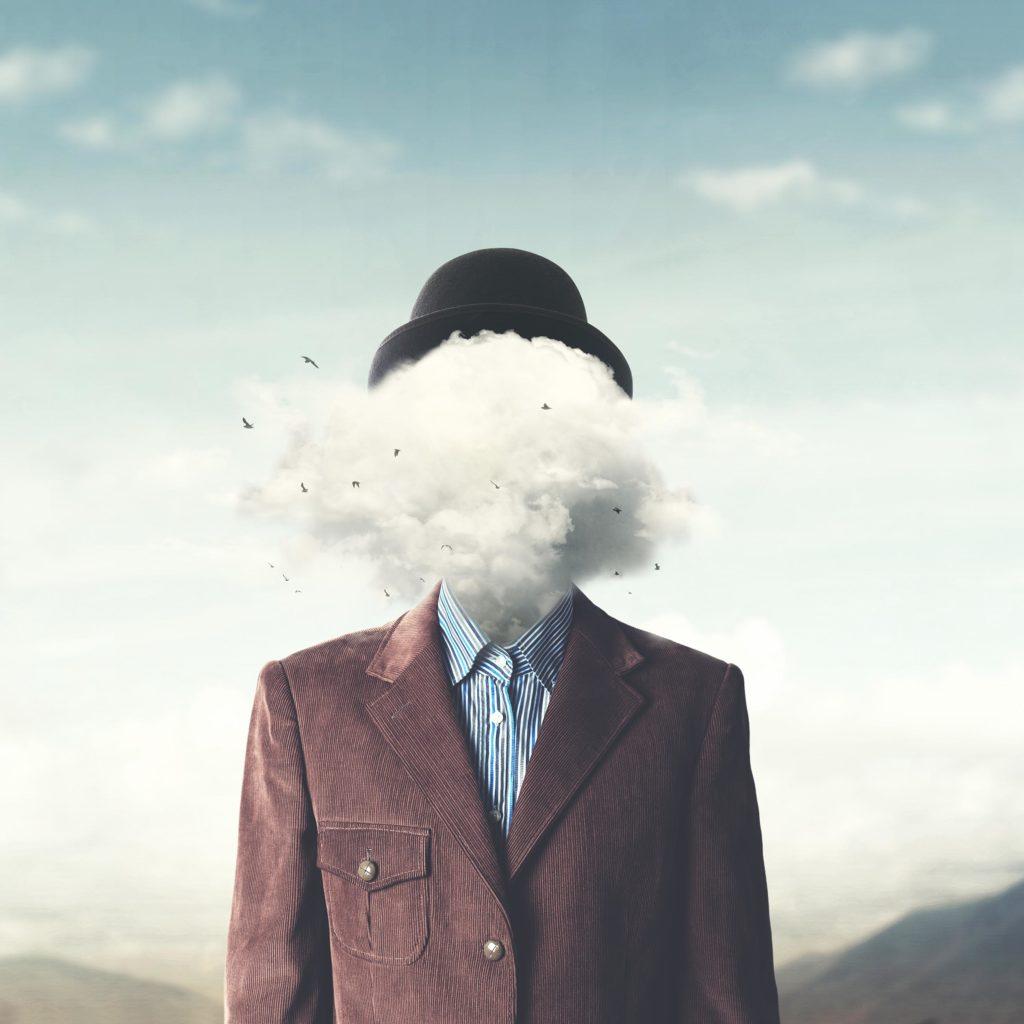 Een persoon die een bruin pak en bolhoed met wolken draagt waar zijn gezicht zou moeten zijn