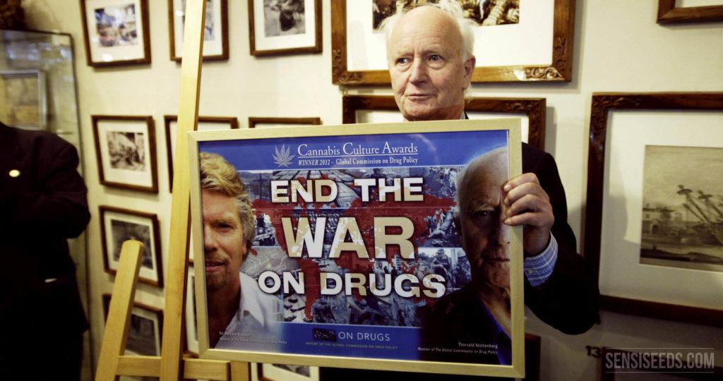Un homme tenant un signe qui dit «mettre fin à la guerre contre la drogue»
