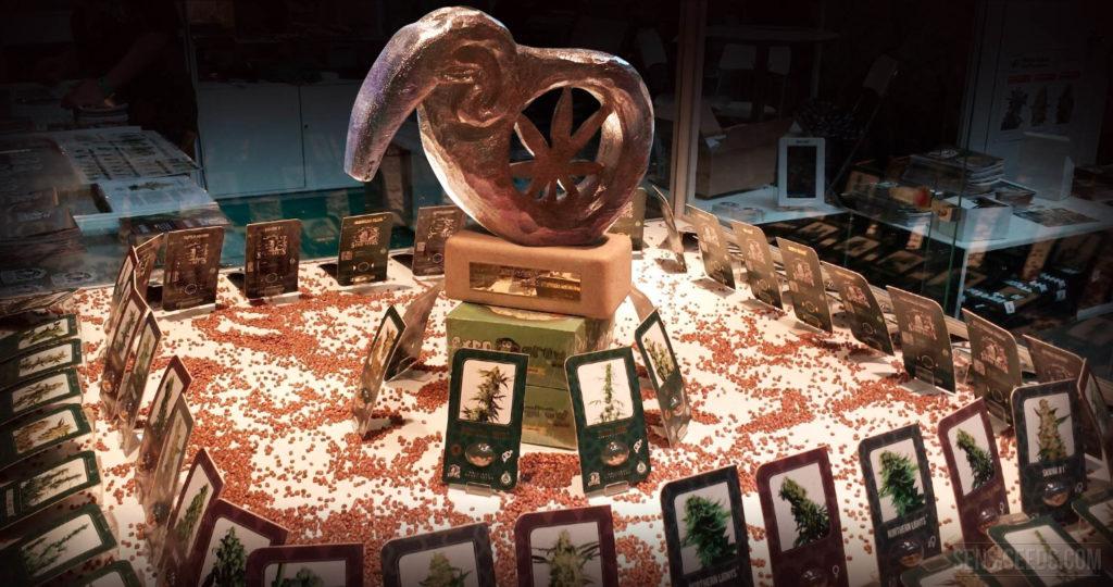 Un affichage avec des produits de cannabis une statue avec une feuille de cannabis