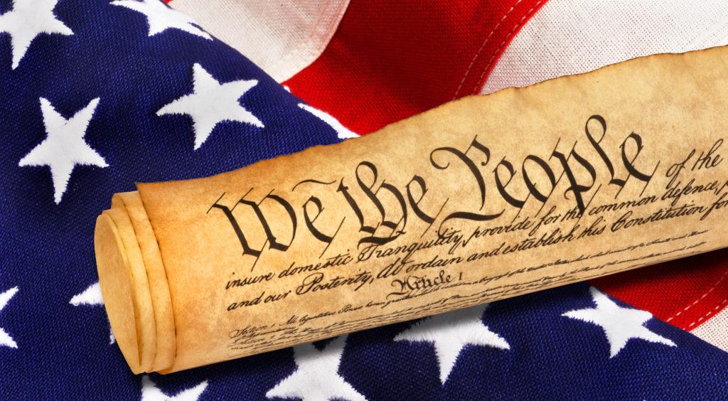 Un rouleau teinté de parchemin reposant sur un drapeau américain