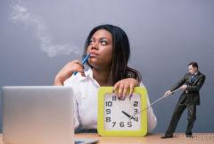 Eine Frau saß an einem Schreibtisch mit der Hand mit ihrer Hand auf einer Uhr