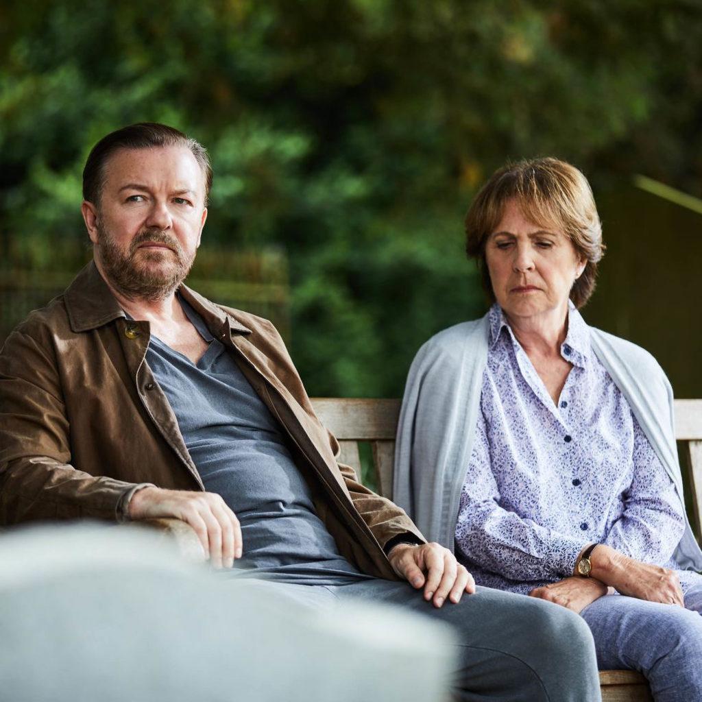 Aún de después de la vida de un hombre y una mujer se sentó en un banco del parque