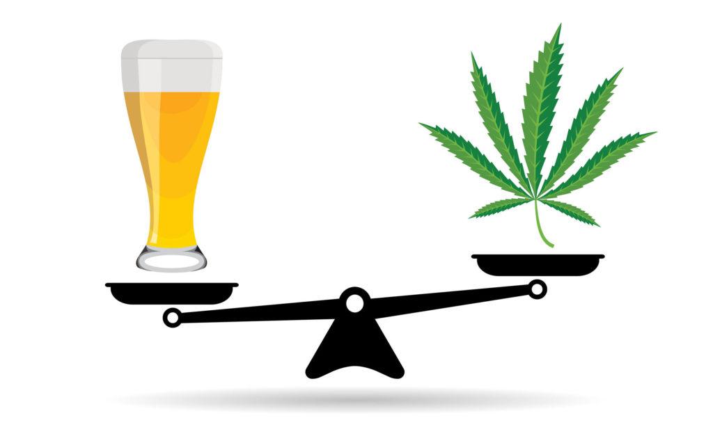 Balances avec une pinte de bière d'un côté et un saut de cannabis de l'autre