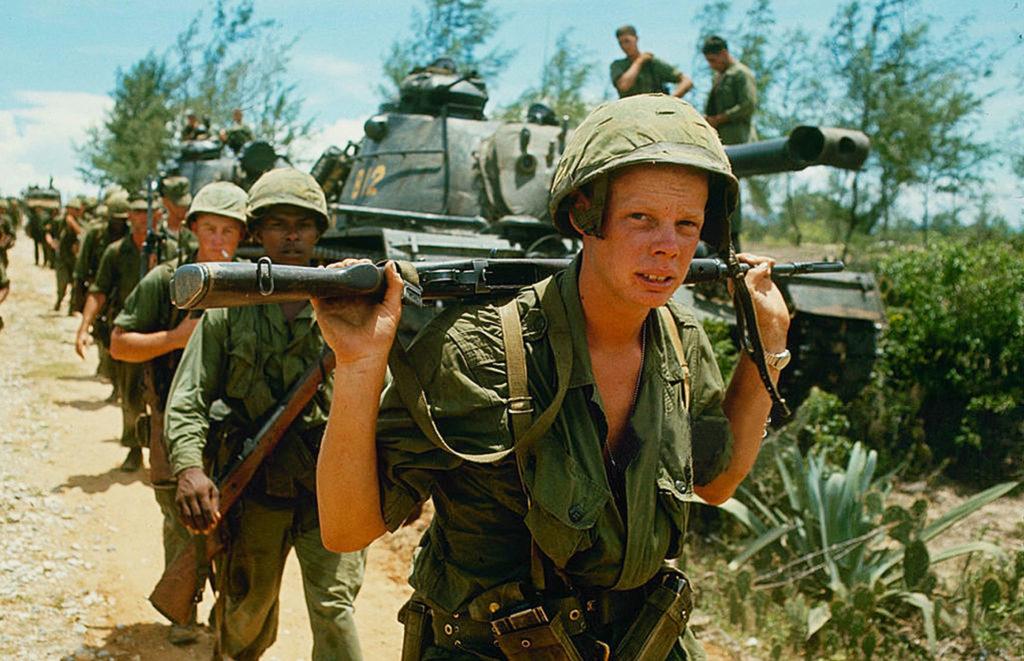 Une ligne de soldats américains au Vietnam