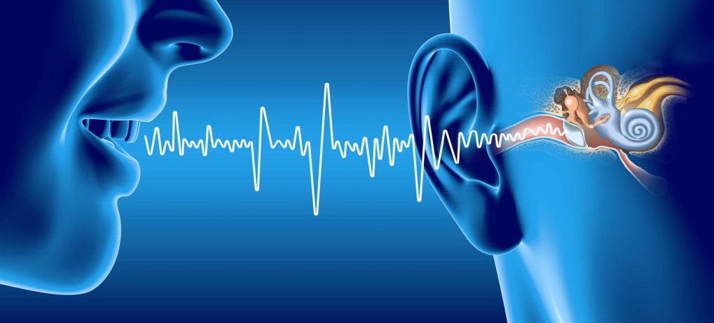 Una persona hablando en la oreja de alguien