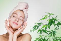 Eine Frau mit einem Handtuch auf ihrem Kopf, der Hautpflege neben einer Cannabis-Pflanze annimmt