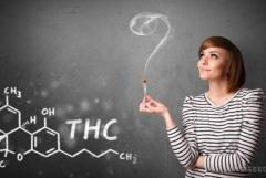 Een vrouw met een verlichte verbinding. Op een schoolbord is de chemische make-up van THC