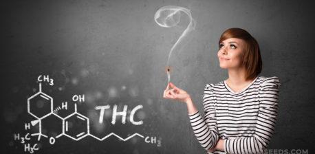 Una mujer sosteniendo una articulación iluminada. En una pizarra es la maquillaje químico de THC.