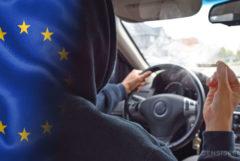Een Europese vlag en een persoon die een auto bestuurt