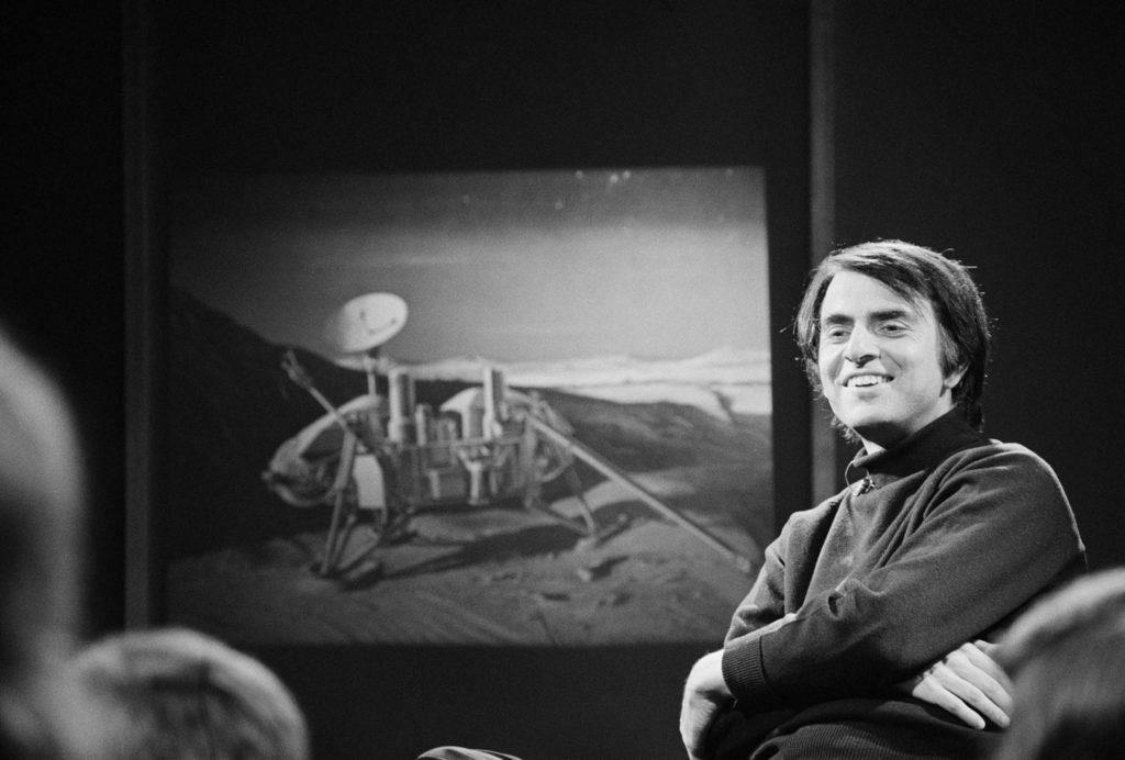 Carl Sagan geeft een toespraak voor een publiek