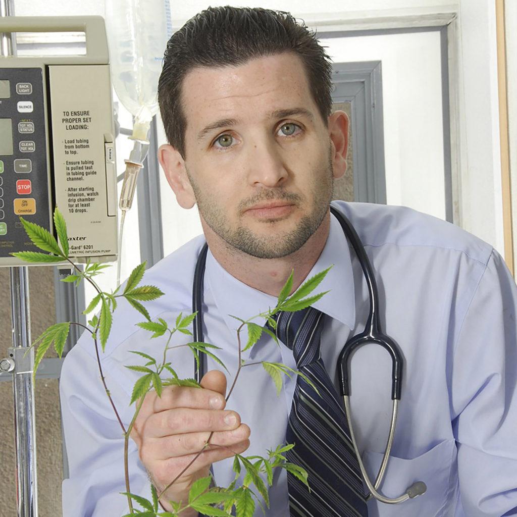 Ein Arzt, der ein Cannabis-Werk hält