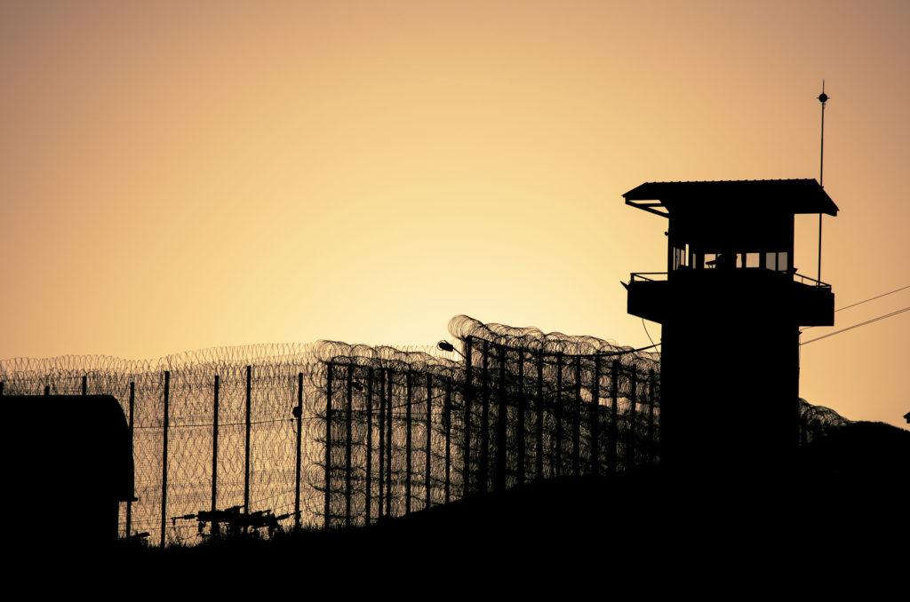 Hekken omringen van een gevangenis