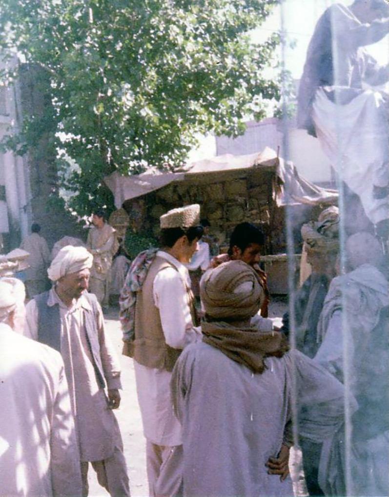Une foule de résidents pakistanais sur un marché