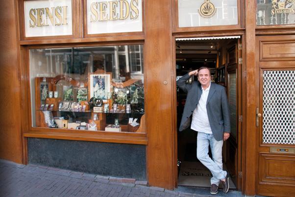 Ben dronkers lehnen sich an der Tür eines Sensi-Samen-Shops