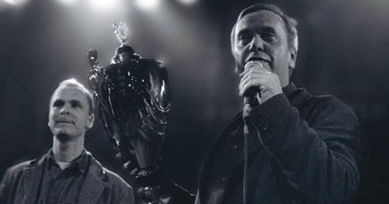 Ben draußen hält eine Tasse und spricht in ein Mikrofon neben seinem Sohn in Highlife in ein Mikrofon