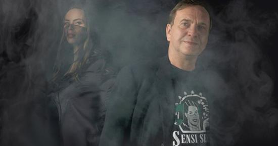 Ben dronkers und seine Tochter, Shiva Spaarenberg. Es gibt einen dünnen Schleier des Rauches vorne