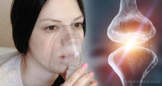 Une femme pâle respirant dans un masque d'oxygène et un joint où deux os se rencontrent