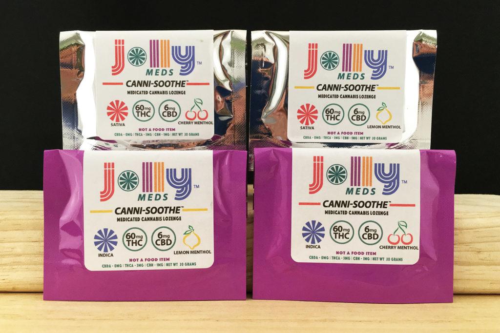 Zwei silberne und zwei lila Päckchen mit medizinischem Cannabis-Pastogen