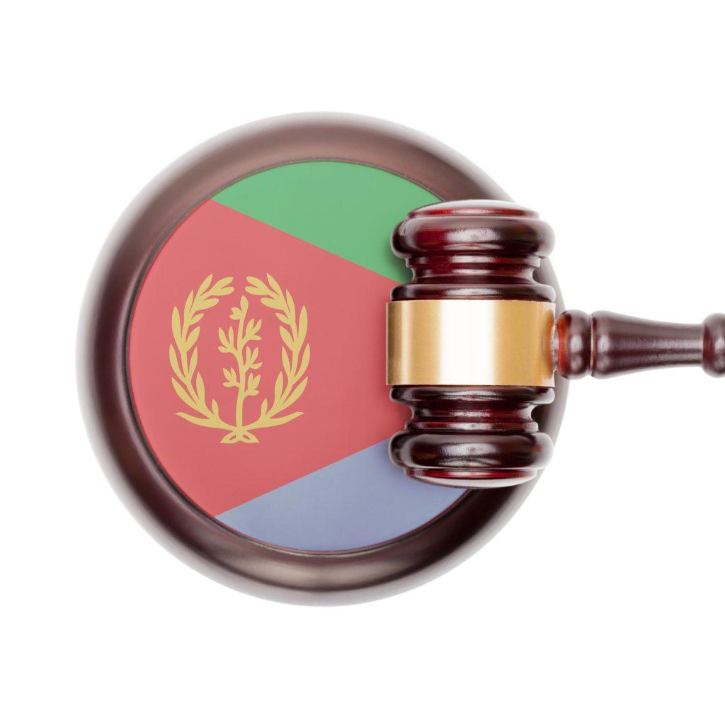 Die eritreie Flagge auf einem Hammer