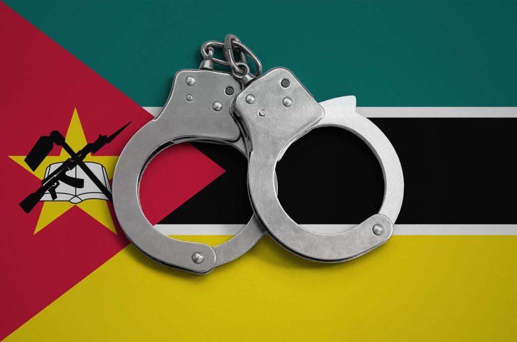 De vlag van Mozambique en een paar handboeien