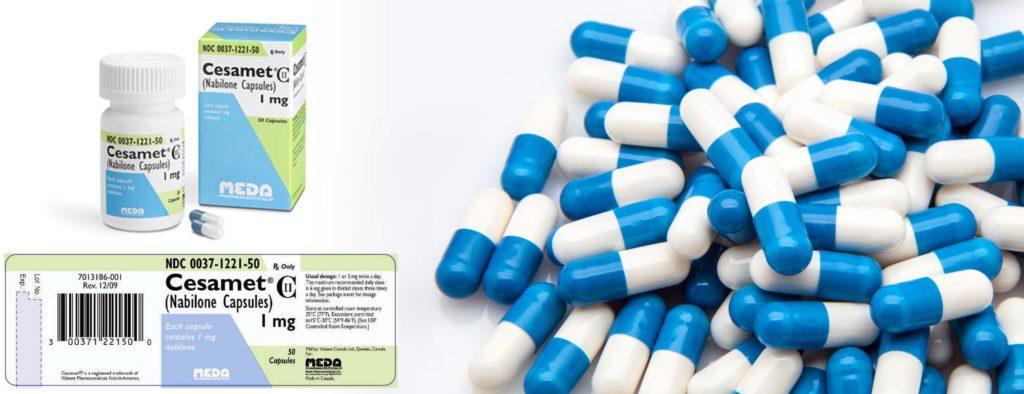 Meerdere blauwe en witte capsules naast de verpakking voor Cesamet