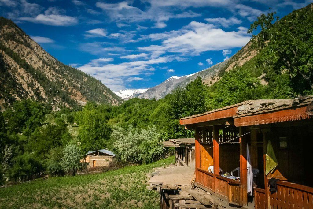 Un paysage de montagne avec de petites maisons en bois