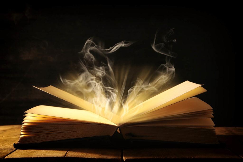 Un libro abierto con una luz brillante y humo que viene de las páginas.