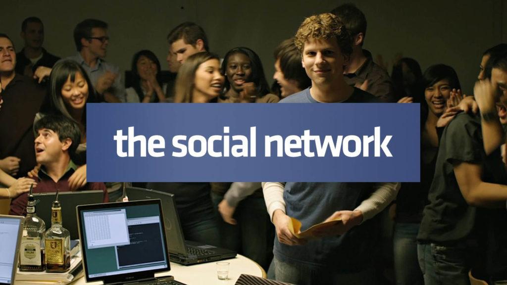 Aún de la red social de una multitud reunida alrededor de las computadoras y celebrando