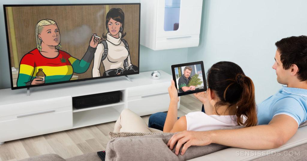 Un homme et une femme étaient assis sur un canapé en regardant la télévision. Son bras est autour d'elle